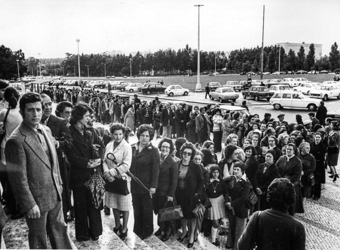 25 de Abril de 1975: uma imensa fila de pessoas aguarda o momento de votar no exterior do edifício da Reitoria da Universidade de Lisboa ARQUIVO A CAPITAL