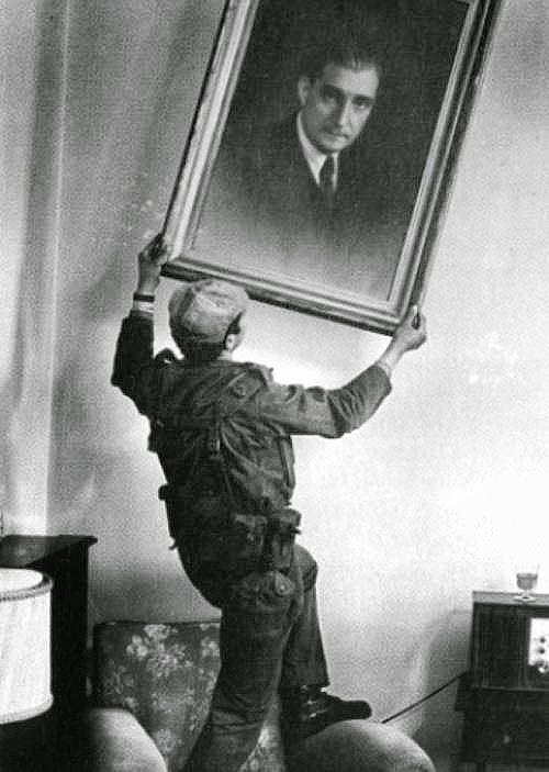 Militar apeando um retrato de Salazar em Abril de 1974 https://osfazedoresdeletras.com/2021/06/22/liberdade-sempre-jacinto-serrao/